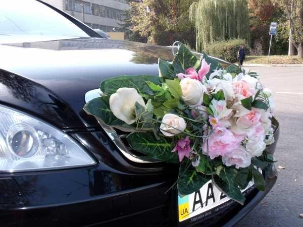 Wedding  bouquet  at  car