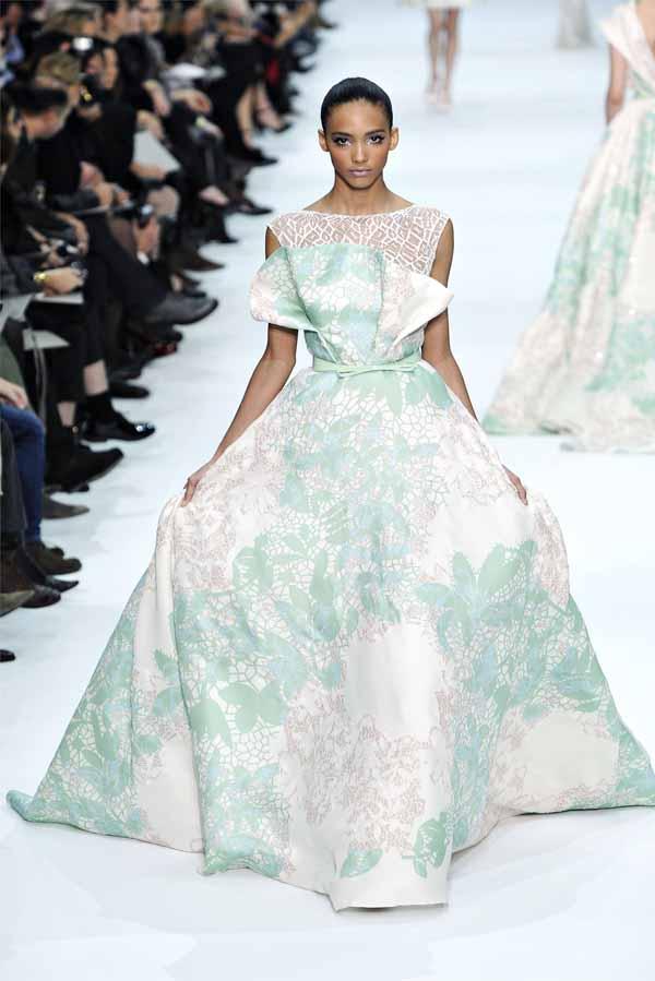 Пышное белое платье с салатовым цветами Elie Saab.