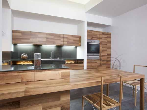 Интерьер современной кухни из дерева