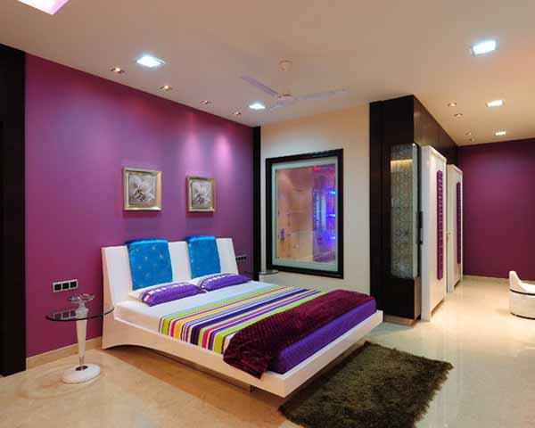Цветной потолок в современной квартире
