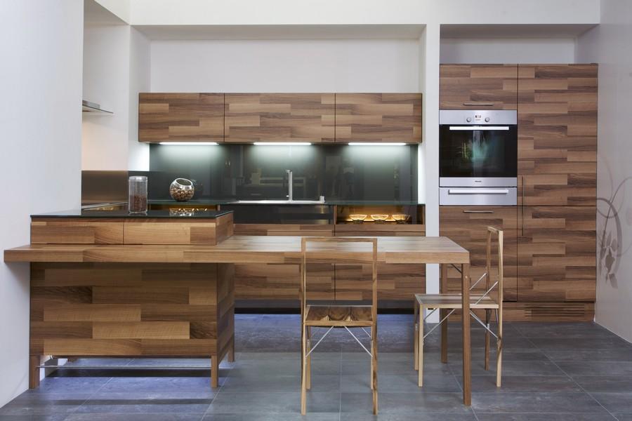 Интерьер современной кухни из дерева и дополнений из стекла
