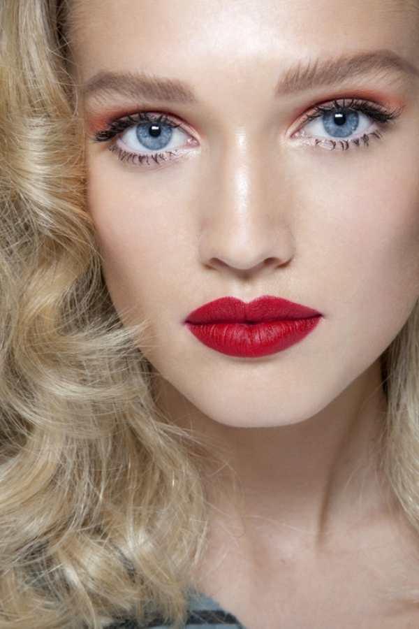 Власть макияжа с красными губами