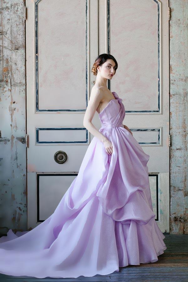 Здесь есть возможность проявить фантазию, так как выбор цветов для главного платья невесты действительно велик. Такие наряды подойдут любительницам всего